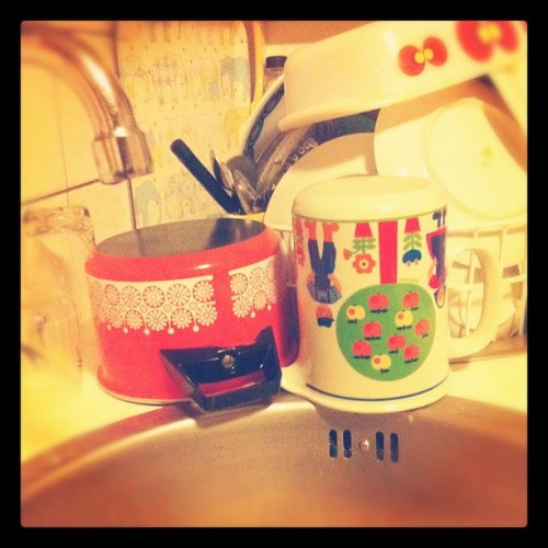 day 19 | something i really hate: do the dishes #febphotoaday @fatmumslim #februaryphotochallenge #hate #day19 #dotthedishes #photoaday #dishes #vintagekitchen (Taken with instagram)