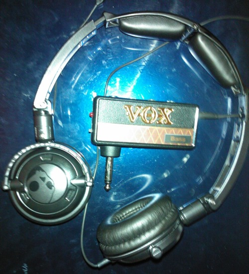 "Hey people, meet my new bass amp! My new Vox ""headphone"" amp to be precise lol :) Believe it or not, it has a way better sound than my Fender BXR 60w (shame only I can hear it) xD"
