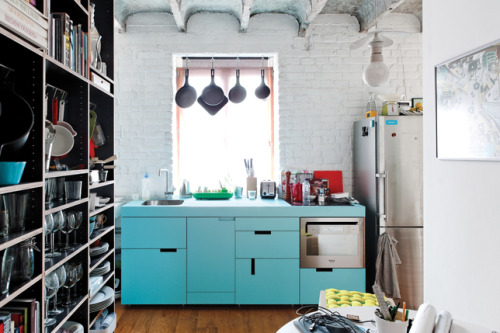 lesbian-a-la-mode:  I'm in love with this kitchen. Except I need to wife someone seriously OCD because I'm not too sure about those open shelves.