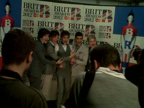 onedirecttttioner:  onedirecttttioner:  Boys going crazy backstage! x  the notes though.