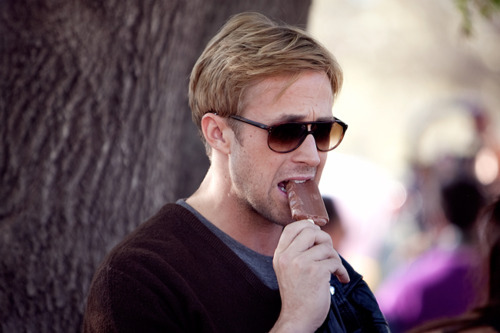 celebsliketoeat:  ryan gosling eating a fudge bar
