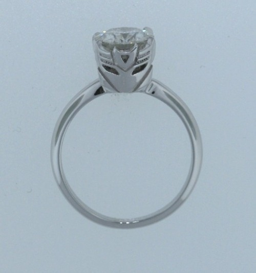 Transformers engagement ring is more than meets the eye At first glance on someone's finger, this would look like a normal diamond engagement ring, until you see the side. Gorgeous. Via