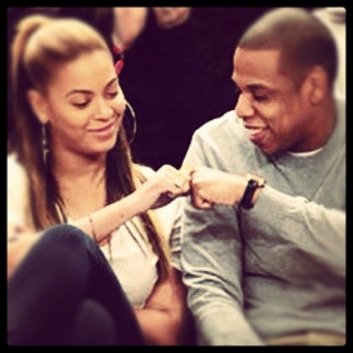 Hov & B at the Knicks game. B showing BK love in nOir's Brooklyn Bridge ring. #hov #b #jayz #beyonce #knicks #msg #celebrow #powercouple #pound #noir #bk #brooklyn #brooklynbridge #nyc #newyork #truelove #ring #jewelry #gold #awesome