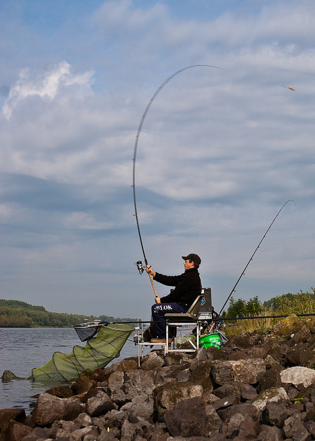 A fisherman throws / Een sportvisser werpt by Frank Noordenbos on Flickr.Le lancer pour la pêche au quiver