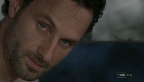 Ojo a la cara de intensidad de Rick en el último 'The Walking Dead'. Se avecina movida.