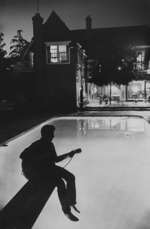 clavicola:  17-year-old Ricky Nelson plays guitar in the backyard of his family home in Hollywood, 1958.