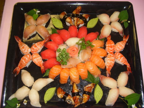 Assorted Sushi (In a pretty cool design!)