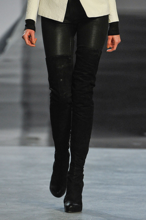 feelgooodlost:   sinolia:    Helmut Lang for the New York Fashion Week / Fall 2012.   so hot