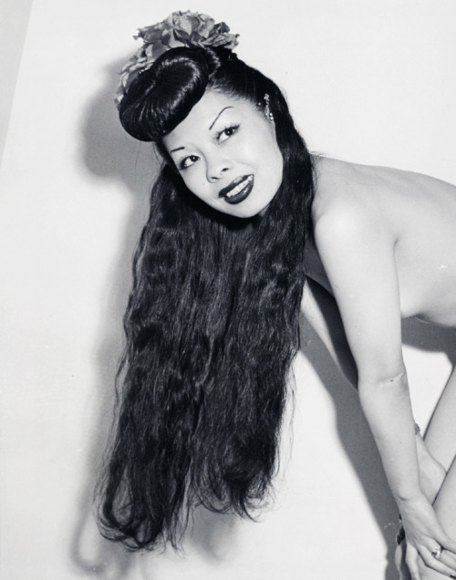 Burlesque dancer, Noel Toy Young c. 1945