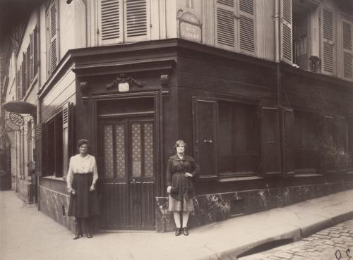 Eugène Atget - Boulevard de la Chapelle et rue Fleury 76,18e, June 1921