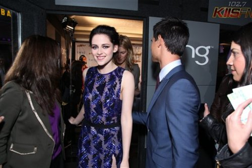 New / old picture with Kristen Stewart and Taylor Lautner at the LA Premiere of BD  Here you have this photo that we had not seen before Kristen Stewart  and Taylor Lautner at the premiere of Breaking Dawn - Part 1 held in LA.