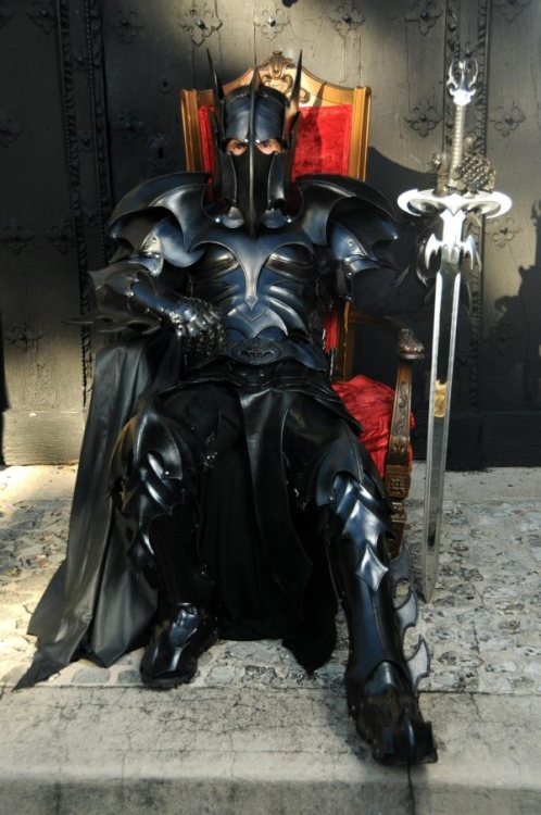 Cosplay of the day week: Medieval Batman armor Made by DeviantArtist Azmal. I can fap to this. Via