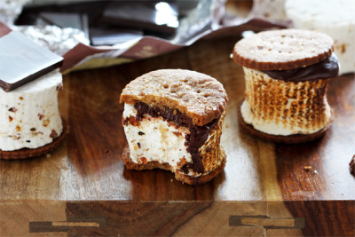 gastrogirl:  maple bacon marshmallow s'mores.    Seriously getting the late night munchies looking at this. With today being stressful, I don't mind eating a dozen of them and will not have any eating remorse.