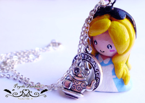 Alice in Wonderland necklace. Handmade. Available for sale at etsy. // Collar Alicia en el país de las maravillas. Hecho a mano. Disponible para compra en etsy.