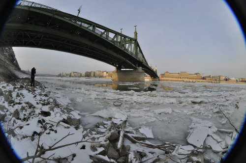 Last weekend we went out to make a few photos from the nearly frozen Danube at Budapest.