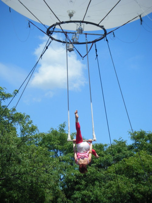 fuckyeahcircus:  ohellgirl:  …is that an outdoor rig that's suspended from a giant balloon?  Oh I hope so.