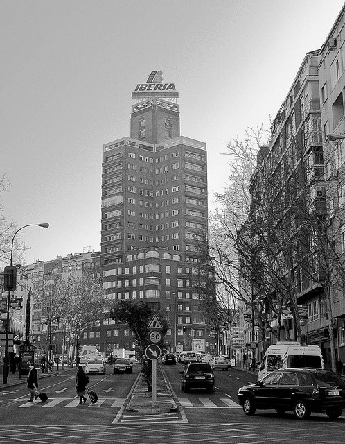 madridfree:  Edificio Iberia by Victor Jori on Flickr.  este es mi barrio.