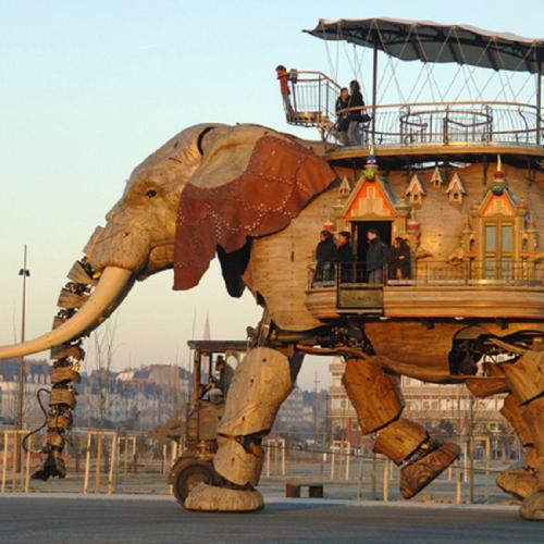 super great:  robotic elephant can carry up to 49 passengers.  画