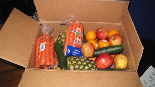 LOOK AT HOW AWESOME MY MOM IS! A WHOLE DEEP BOX FULL OF FRUITS AND VEGGIES FOR JUICING FUN TIMES!!!