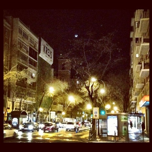 Waxing crescent moon #madrid #spain #mycity #pictureoftheday #photooftheday #picoftheday #instadaily #instagramhub #instapurfect #photography #instagraming #sky #skyporn #moon #crescentmoon #waxingcrescentmoon  (Taken with Instagram at Calle Diego de Leon)