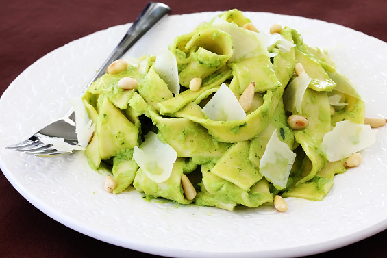 yummyinmytumbly:  Avocado Pesto Pasta