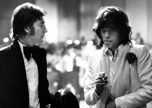 awesomepeoplehangingouttogether:  John Lennon and Mick Jagger by Ron Galella, 1974
