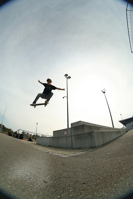 azi - ollie on Flickr. I have upgraded to flickr pro yesterday and spent some time going trough my old pictures and sorting them into sets and so on. This set caught my eye and memories, because it was a sick day. Alex is a talented skateboarder and one day in october 2008 we went shooting together. 2 Skaters, 2 Photographers and one filmer. The second photographer was the owner of our local Skateshop. The day was amazing because we scouted spots and the two riders did their tricks while we tried to capture the best angles and moments. This shot is one of my faves.