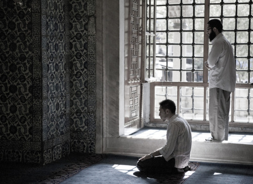 2 muslims praying