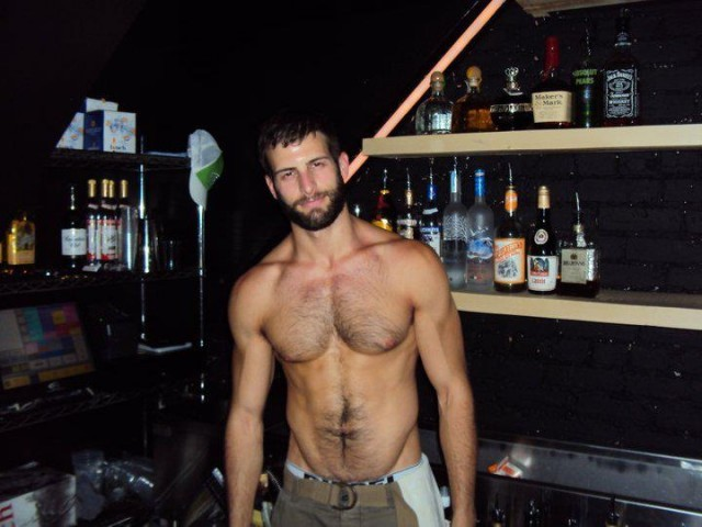 realmenstink:  FOXY BARTENDER………..  I would drink fro the tap ;)~