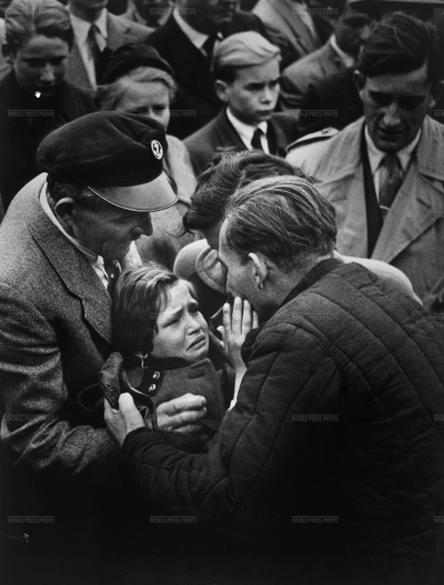 A German World War II prisoner, released by the Soviet Union, is reunited with his daughter. The child had not seen her father since she was one-year-old.  Year: 1956 Photographer: Helmuth Pirath Country: West Germany