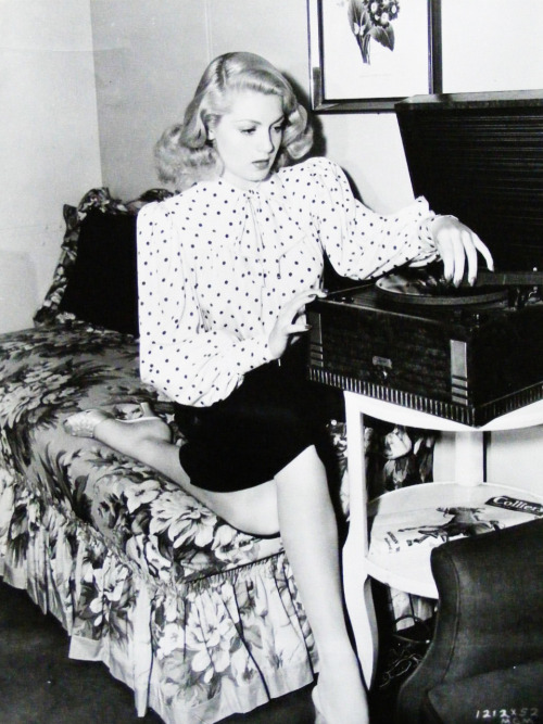 vintalgia:  Lana Turner playing a record, 1940s