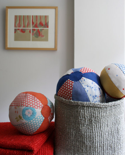The Purl Bee - fabric beach balls Pattern & instructions : http://www.purlbee.com/fabric-beach-balls/