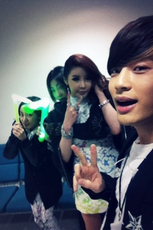 "ygfamilyy:  SE7EN: ""Dara and mingkki who came to support at inkigayo today!!! BenBomMingRa~ Cheese!!!"""