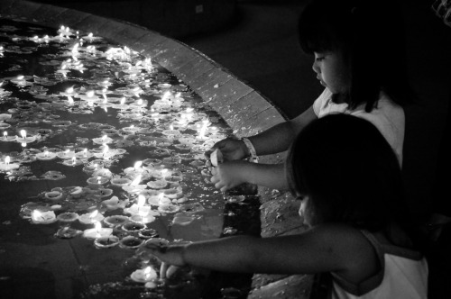Kiddos playing with floating candles.