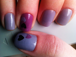 mmkrys:  gray and purple nails with hearts