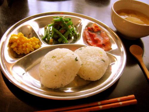 dining:  2012/02/26 のあひるごはん  カリカリに焼いたベーコン隠元のなめたけ和えバタコーンおにぎり大根のお味噌汁