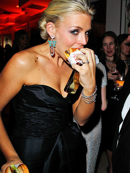 bunnylita:  imwithkanye:  Busy Philipps. Burger. Red carpet. This is how it really should be done.  I. Love. Her.  SECONDED.
