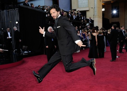 Bret McKenzie arrives at the #Oscars in typical fashion (c/o popculturebrain)