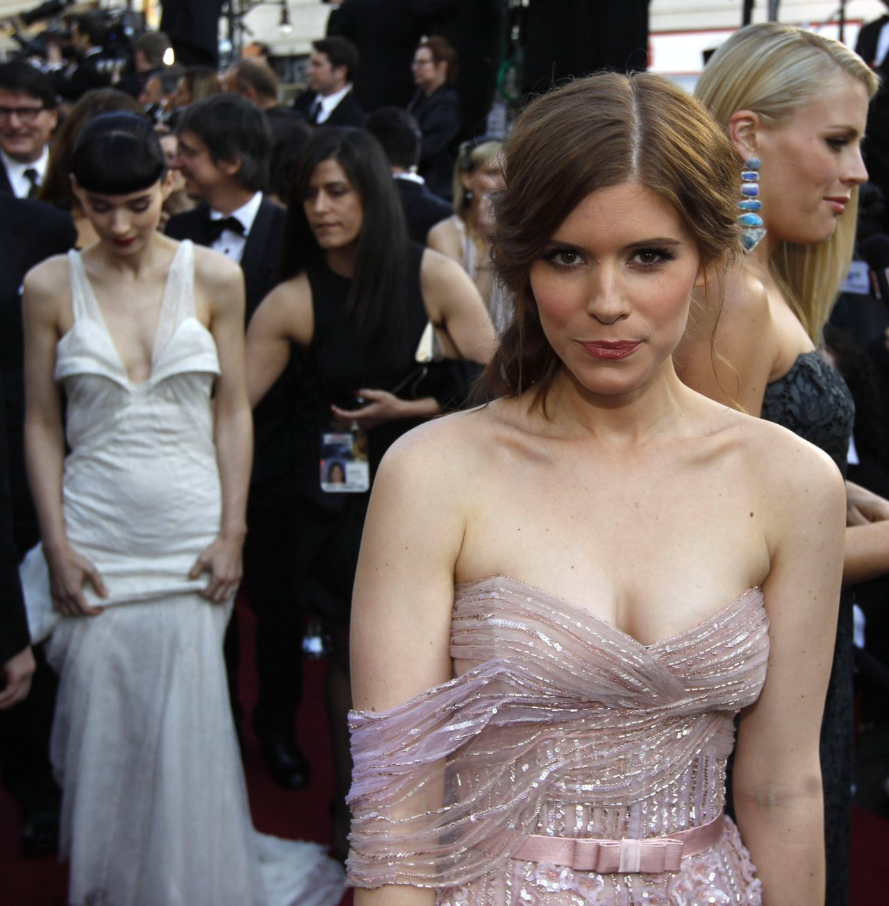 bohemea:  suicideblonde:  Rooney and Kate Mara at the 2012 Oscars, February 26th This is a sweet picture of the sisters.  And I see Busy Phillips there on the right!    Darling girls!