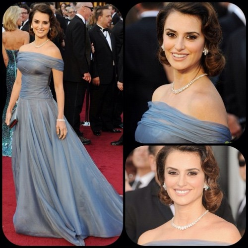 Penelope Cruz in Giorgio Armani @armani #bestdressed #oscars #eredcarpet #fashion  (Taken with instagram)
