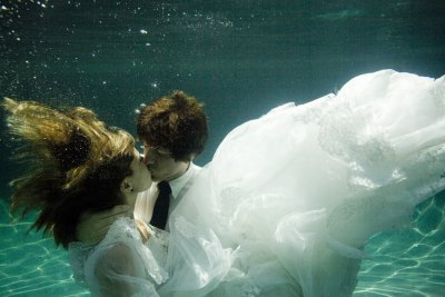 bride2be:  (via Loved despite great faults: Underwater Bride and groom!)
