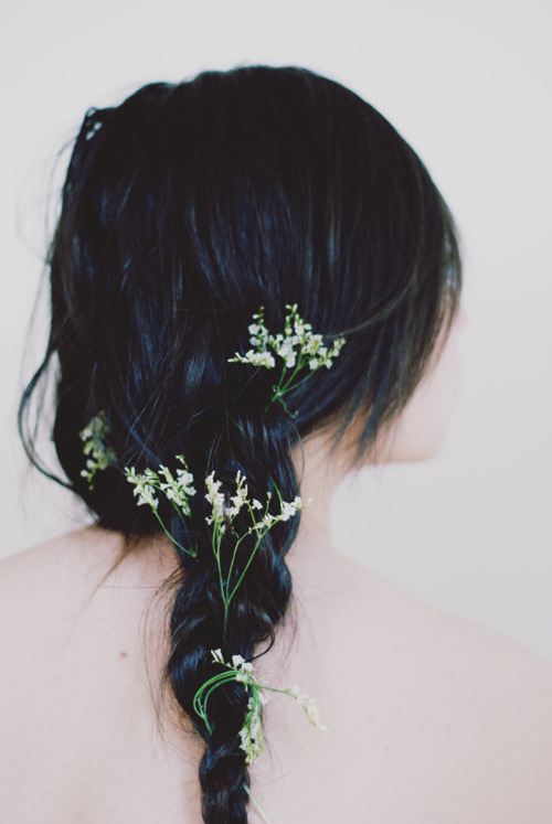 dream-far-beyond:  naeive:  this is so pretty though dark hair is so pretty  I wanna wear this for my wedding!