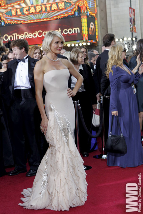 womensweardaily:  Red Carpet Report: Oscar Trends Cameron Diaz in Gucci  Wonder if I can get this for the ball this year…