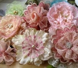 http://lambsandivydesigns.blogspot.com/2012/02/beautiful-lace-flowers.html