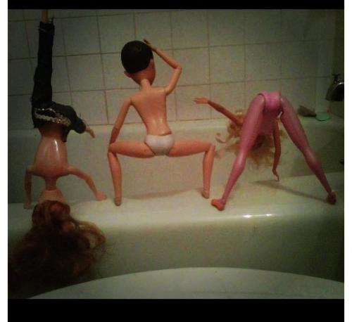 alexusl0l:  l0vesaf:  sashabashawasha:  Barbies Getting Crazy !!!  TWERK TEAM  BOUNCE DAT AZZ