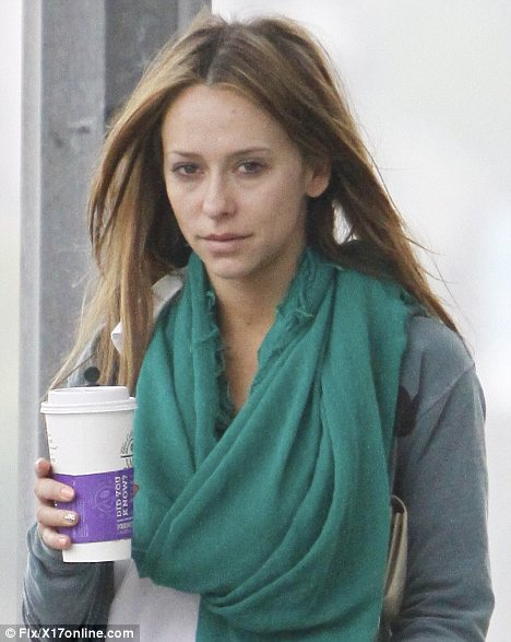 Celebrity Scarf Watch: Jennifer Love Hewitt wearing a teal pashmina (and no makeup!) in Los Angeles.