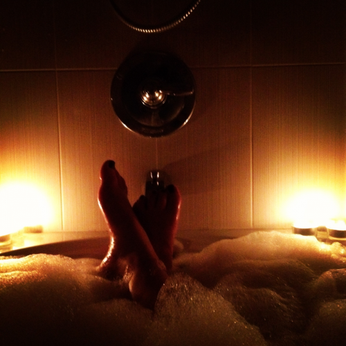 moneyisontheheartbreak:  Relaxing bath + hot chocolate + Pretty Little Liars = perfect end to an insanely stressful day :)