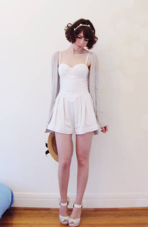 Oh cardi + cute playsuit's a killer combo! From Le Blog de Sushi.