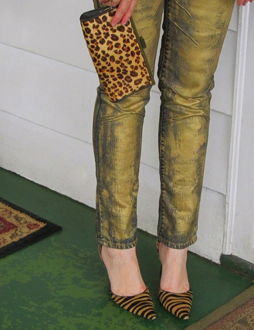truebluemeandyou:  DIY Gold Jeans. This is a photo here after she decided she wanted her original DIY gold jeans to me more golden. Tutorial for original gold jeans at Wobi Sobi here.  This w/e
