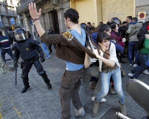 treinandoparaserchuva:  Students scramble as police charge towards them to disperse their protest against spending cuts in public education in Barcelona February 29, 2012. Credits: Albert Gea/Reuters